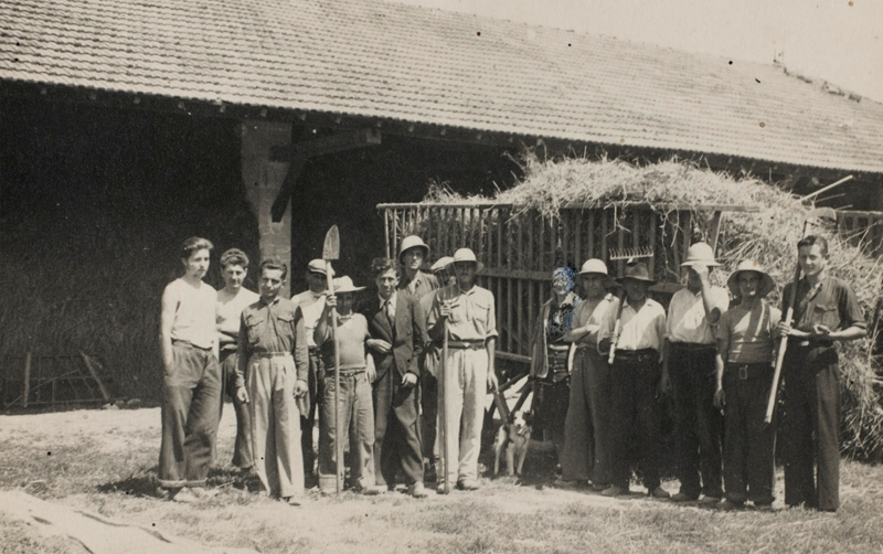 Albert Gleizes et Juliette Roche (au milieu) et des ouvriers agricoles aux Méjades, 1941(Centre Pompidou, musée national d'art moderne/cci, bibliothèque Kandinsky, fonds Gleizes)<br /> Photo Guy Carrard