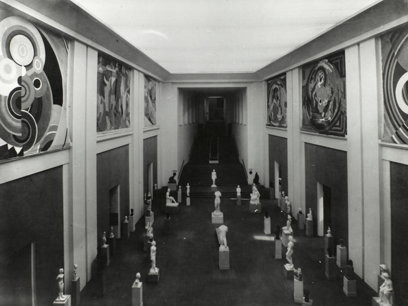 Le Hall des sculptures au Salon des Tuileries, 1938 (les deux décors d'Albert Gleizes se trouvent au fond à droite)<br /> (Centre Pompidou, musée national d'art moderne/cci, bibliothèque Kandinsky, fonds Gleizes)<br /> Photo Guy Carrard
