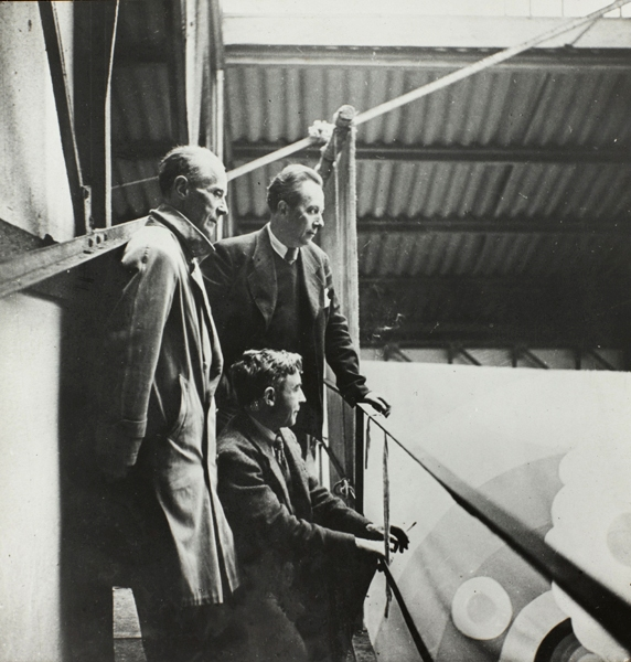 Rose Adler, <em>Jacques Villon, Robert Delaunay et Albert Gleizes sur le chantier du pavillon de l'aéronautique à l'exposition internationale de 1937</em> (Centre Pompidou, musée national d'art moderne/cci, bibliothèque Kandinsky, fonds Gleizes)<br /> Photo Guy Carrard
