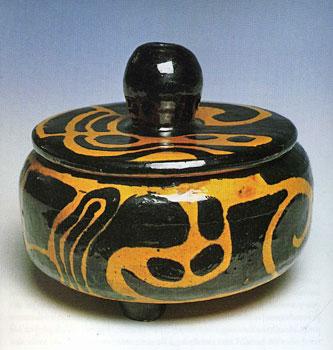 Pot tripode couvert, vers 1950<br /> Poterie vernissée<br /> 20 x 17 cm<br /> Lyon, musée des Beaux-Arts